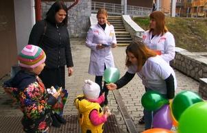У детской больницы студенты провели акцию «Подари ребёнку улыбку»